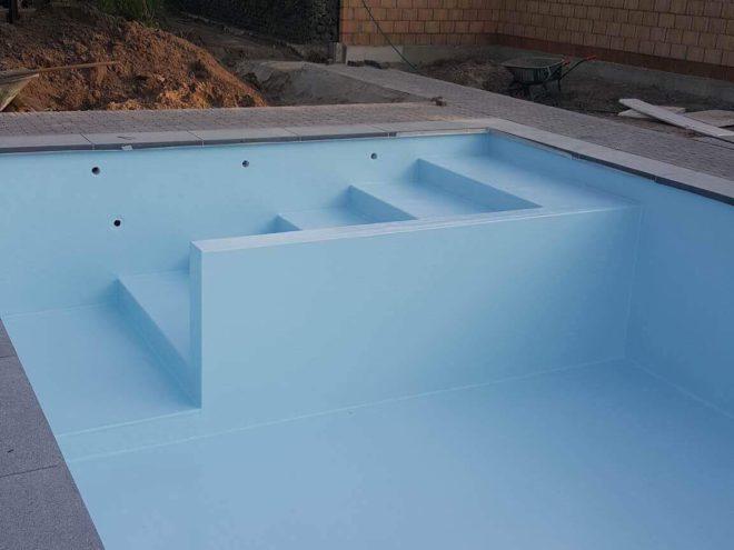 Zwembad met rechte trap