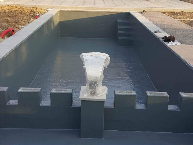 Polyester zwemvijver met waterspuwer en rechte trap