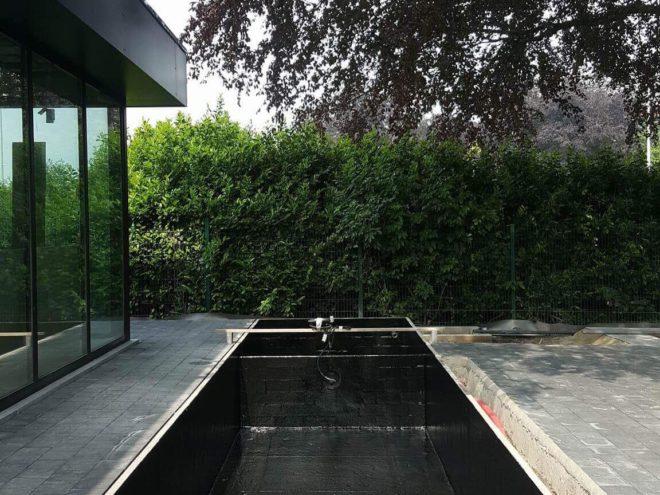 Moderne polyester zwemvijver, geïntegreerd in het terras
